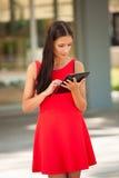 Web que practica surf joven hermoso de la mujer de negocios en una tableta i al aire libre Imagen de archivo libre de regalías