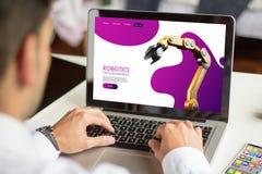 Web site da robótica da consultação do homem de negócios com computador imagens de stock royalty free