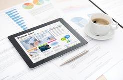 Web site das notícias de negócios na tabuleta digital imagens de stock royalty free