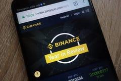 Web site de Binance indicado em um smartphone moderno imagem de stock royalty free