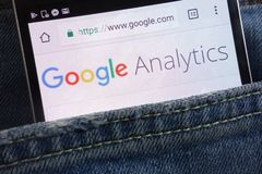 Web site de Google Analytics indicado no smartphone escondido no bolso das calças de brim imagem de stock royalty free