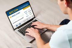 Web site de troca de Bitcoin Equipe usando um portátil para trocar o preço do bitcoin pelo Internet fotos de stock