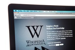 Web site de Wikipedia durante o escurecimento do Internet Fotos de Stock