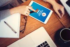 Web site em linha da compra na tela da tabuleta com mãos fêmeas fotos de stock royalty free