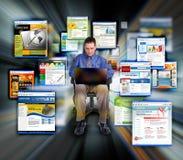 Web site praticanti il surfing del Internet dell'uomo di affari Immagine Stock Libera da Diritti