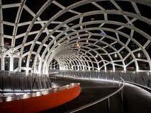 Webb Bridge på natten Arkivfoto