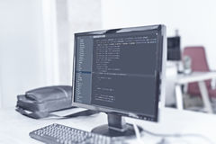 Webbplatskoder på datorbildskärm på kontoret Arkivbilder