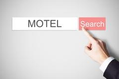 Webbrowser för motell för knapp för sökande för Businessmans finger trängande royaltyfria foton