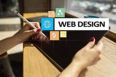 Webdesign und Entwicklungskonzept auf dem virtuellen Schirm Stockbilder