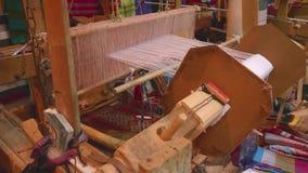 Weberwebstuhl für die Herstellung von Teppichen stock video