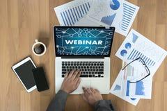 WEBINAR-Hand auf Tabellengebrauch E-Business-Grasenverbindung in Baut. lizenzfreie stockfotos