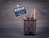 Webinar Une petite craie de tableau noir et un crayon coloré sur le fond en bois Photos libres de droits