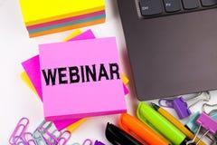 Webinartekst in het bureau met omgeving zoals laptop, teller, pen, kantoorbehoeften, koffie Bedrijfsconcept voor online Opleiding stock afbeelding