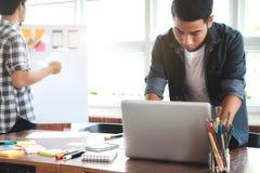 Webontwerper, de ontwerper van UX UI planningstoepassing voor mobiele pho Stock Afbeelding