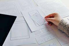 Webontwerper die mobiele ontvankelijke website creëren stock fotografie