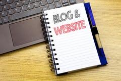 Website för blogg för handstiltextvisning Affärsidé för den sociala Blogging rengöringsduken som är skriftlig på anteckningsbokbo Arkivbild