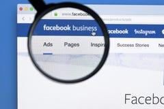 Website för Facebook affärshomepage på den Apple iMac bildskärmskärmen under förstoringsglaset Facebook är den populäraste samkvä arkivfoton