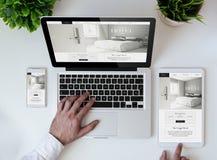 website för hotell för design för kontorstabletop kall svars- Arkivfoton