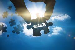 Website gegen hellen blauen Himmel mit Wolken Stockfotos