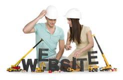 Website under konstruktion: Vänliga man- och kvinnabyggnadsrengöringsdukar Arkivfoton
