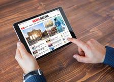 Website van het steekproef de online nieuws op tablet stock foto