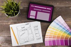 Website wireframe Skizze und digitale Tablette auf Holztisch Lizenzfreie Stockfotografie