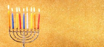 Websitebanerbild av av den judiska ferieChanukkah med menoror (traditionella kandelaber) Arkivfoto