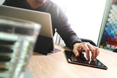 Websitedesigner, der digitale Tablettenankern-Tastaturberechnung bearbeitet Lizenzfreie Stockfotos
