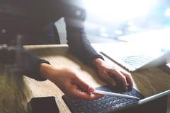 Websitedesigner, der digitale Tablettendock Tastatur und comput bearbeitet Lizenzfreies Stockbild