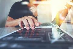 Websitedesigner, der digitalen Tabletten- und Computerlaptop bearbeitet Stockbild