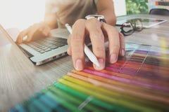 Websitedesigner, der digitalen Tabletten- und Computerlaptop mit bearbeitet Stockfotografie