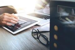 Websitedesigner, der digitalen Tabletten- und Computerlaptop mit bearbeitet Lizenzfreies Stockbild