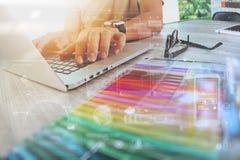 Websitedesigner, der digitalen Tabletten- und Computerlaptop mit bearbeitet Lizenzfreie Stockfotografie