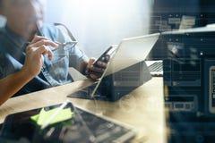 Websitedesigner, der digitalen Tabletten- und Computerlaptop mit bearbeitet Lizenzfreies Stockfoto