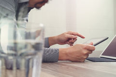 Websitedesigner, der digitalen Tabletten- und Computerlaptop mit bearbeitet Stockbilder