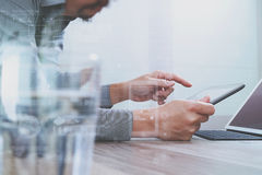 Websitedesigner, der digitalen Tabletten- und Computerlaptop mit bearbeitet Stockfotos