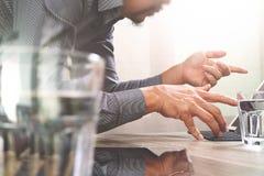 Websitedesigner, der digitalen Tabletten- und Computerlaptop mit bearbeitet Stockbild