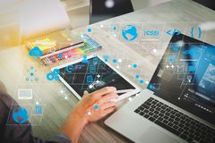 Websitedesignerhand, die an Videokonferenz mit Laptop-COM teilnimmt stockfotos