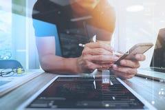 Websiteontwerper die digitale tablet en computerlaptop werken Stock Foto's