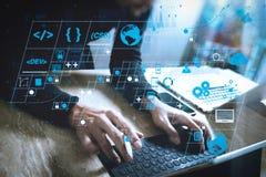 Websiteontwerper die het digitale toetsenbord van het tabletdok werken en comput stock afbeeldingen
