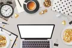 Websitetiteldesign mit Laptop-Computer und weiblichem Zaubergeschäft wendet ein Lizenzfreie Stockfotos