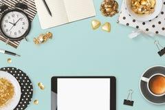 Websitetitelraddesignen med den digitala minnestavlan och kvinnlig glamour anmärker över blå bakgrund royaltyfri fotografi