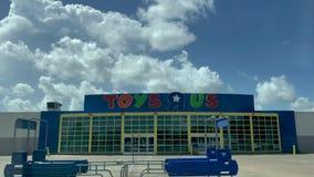 WEBSTER, TX - 10 agosto 2018 posizione abbandonata di Toys R Us mesi dopo gli archivi di società per fallimento di capitolo 11 video d archivio