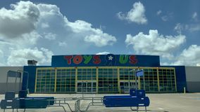 WEBSTER, TX - 10 agosto 2018 posizione abbandonata di Toys R Us mesi dopo gli archivi di società per fallimento di capitolo 11 stock footage