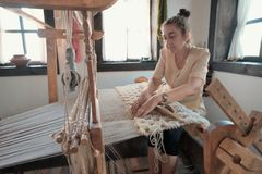 Webstuhl Damen-Weaving On Old in Chelopek, Bulgarien lizenzfreies stockfoto