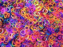 Webstuhl versieht unordentliche Fabrik wie mit hellen vibrierenden Farben mit einem Band Lizenzfreies Stockfoto