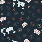 WebTravel naadloos patroon met wereldkaart en post en visumzegels stock illustratie