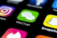 Wechat信使在苹果计算机iPhone x智能手机屏幕特写镜头的应用象 Wechat信使app象 黑板企业白垩黑板画媒体网络网络连接人照片社交的概念连接数 免版税库存照片