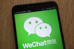 WeChatembleem op een moderne smartphone wordt getoond die royalty-vrije stock foto's