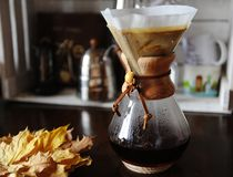 Wechselndes Filterhandbuchbrauen des Kaffeeabschlusses oben Geräte für Kaffee im Hintergrund lizenzfreie stockfotografie